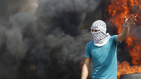 Un palestino durante enfrentamientos con soldados israelíes (Archivo) - Sputnik Mundo