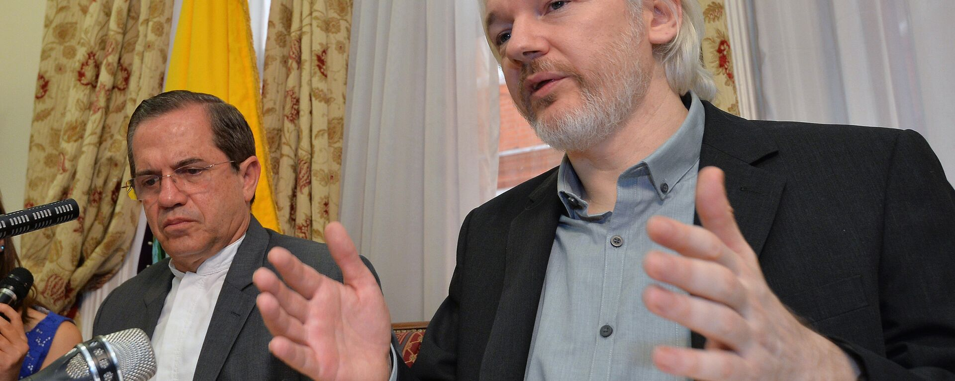 FILE - In this Aug. 18, 2014, file photo, Ecuador's Foreign Minister Ricardo Patino, left, and WikiLeaks founder Julian Assange speak during a news conference inside the Ecuadorian Embassy in London. WikiLeaks founder Julian Assange has failed in a bid to win asylum in France. - Sputnik Mundo, 1920, 02.07.2021