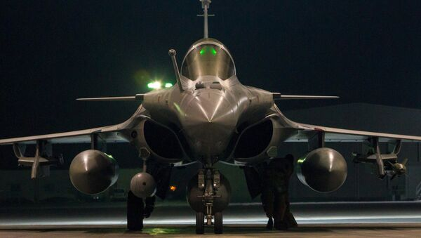 A French airforce Rafale fighter jet, in a picture released October 9, 2015 by the French Defense Audiovisual Communication and Production Unit (ECPAD) - Sputnik Mundo
