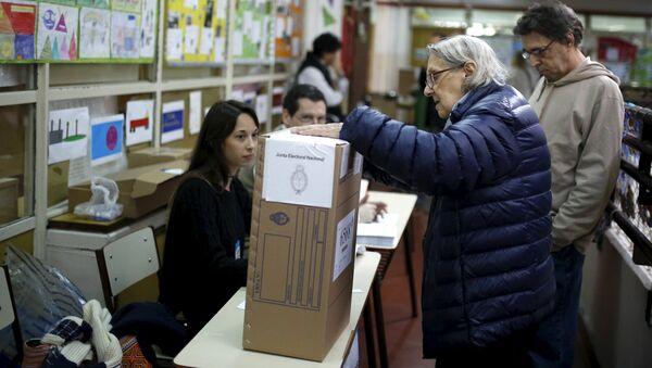 Una anciana vota en elecciones en Argentina - Sputnik Mundo