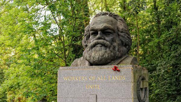 Tumba del filósofo alemán Karl Marx en el cementerio de Highgate de Londres - Sputnik Mundo