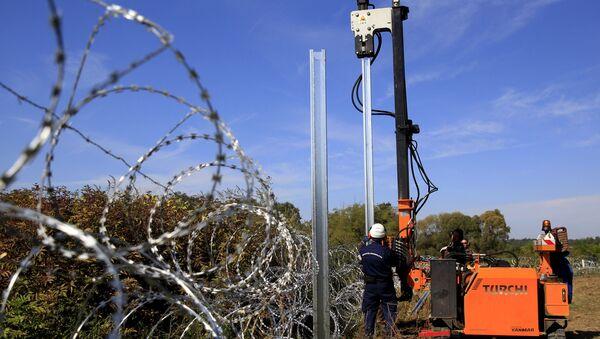 Construcción de una valla fronteriza (Archivo) - Sputnik Mundo