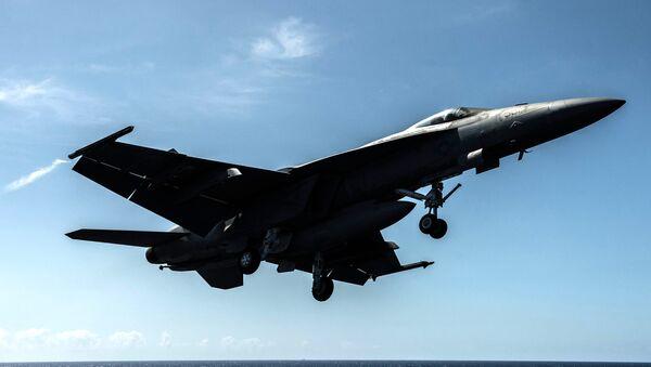 Un F/A-18E de la Armada de EEUU despega desde el portaaviones USS Ronald Reagan - Sputnik Mundo
