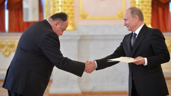 Embajador ecuatoriano en Moscú, Julio Prado, y presidente de Rusia, Vladímir Putin - Sputnik Mundo