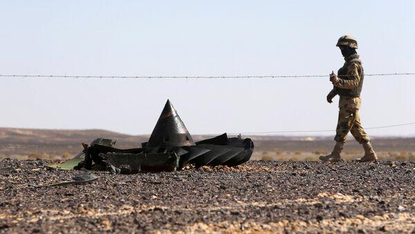 Soldado egipcio en el lugar de siniestro del A321 - Sputnik Mundo