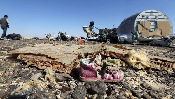 Zapato de un niño en los restos del avión ruso Airbus-321 siniestrado en Egipto - Sputnik Mundo