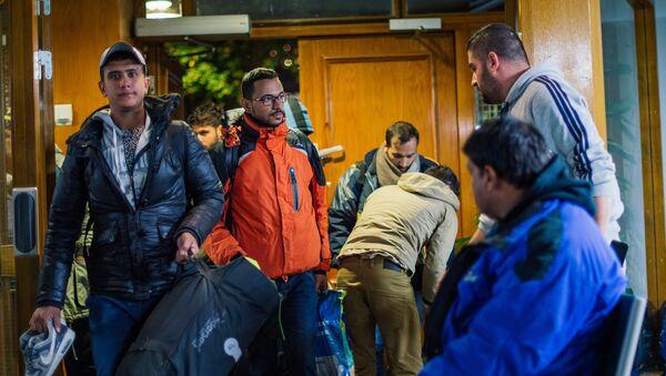 Refugiados llegan a la mezquita central de Estocolmo tras viajar por muchas horas de la ciudad de Malmo en el sur de Suecia - Sputnik Mundo