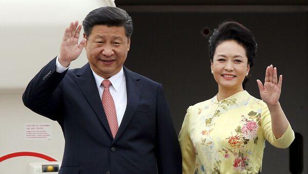 Presidente de China, Xi Jinping, y su esposa Peng Liyuan - Sputnik Mundo