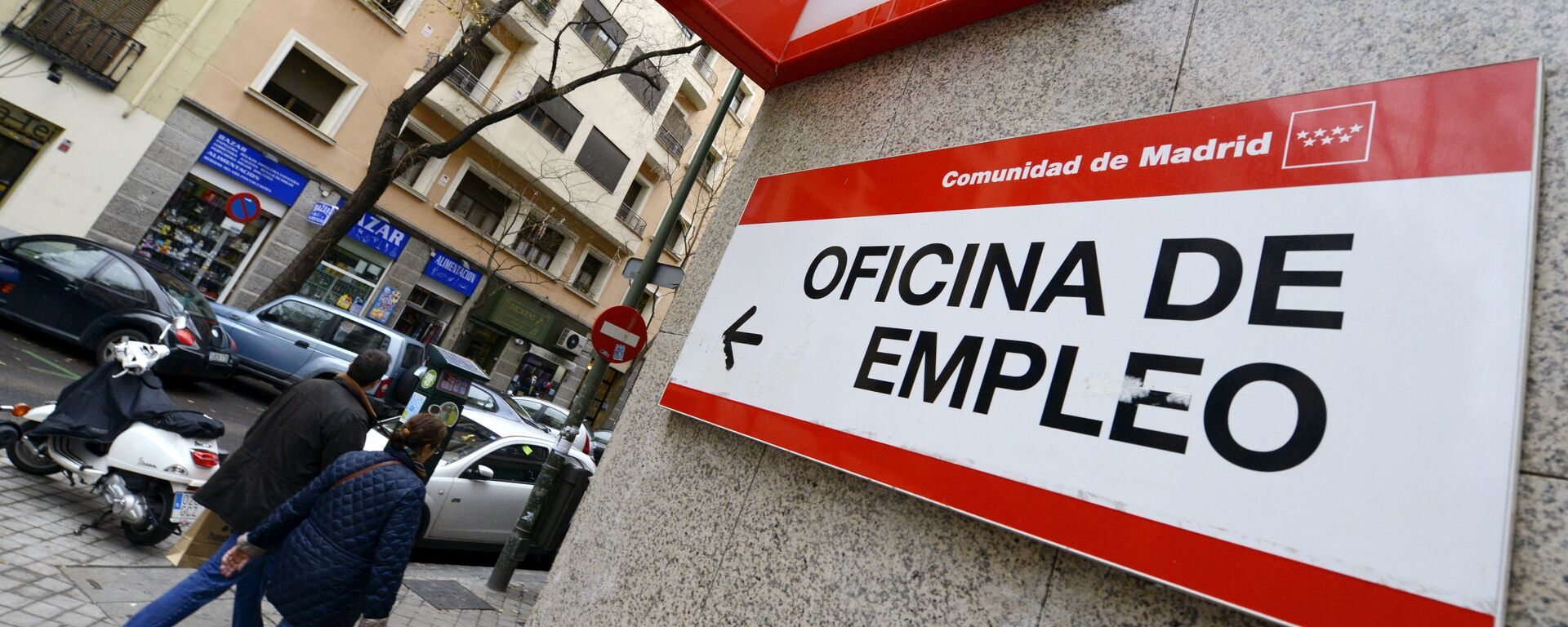 People walk outside a government employment office in the center of Madrid on January 3, 2014. - Sputnik Mundo, 1920, 02.09.2021