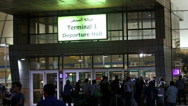 Turistas en la puerta de embarque en Sharm el Sheikh - Sputnik Mundo
