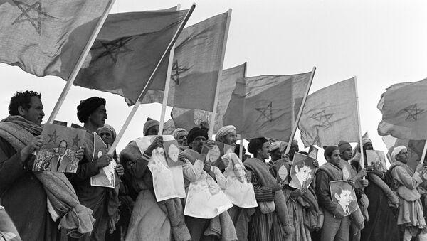 Marroquiés con los retratos del rey Hasan II, textos del Corán y banderas de Marruecos en la Marcha Verde - Sputnik Mundo