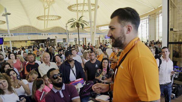 Empleado de Easyjet habla con los turistas británicos en el aeropuerto de Sharm el Sheikh - Sputnik Mundo