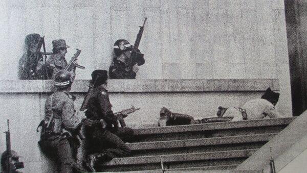 Soldados del Ejercito esperan la entrada de los tanques Cascabel, para avanzar con su cobertura hacia el interior de las edificaciones tomadas por el M-19 pocas horas antes - Sputnik Mundo