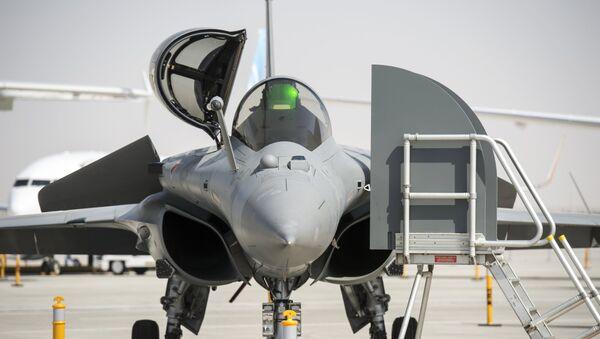 Caza Dassault Rafale en el salón de aviación Dubái Airshow-2015 - Sputnik Mundo