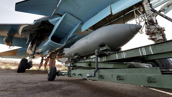 Caza ruso Sukhoi Su-34 en el aeródromo de Hmeymim, Siria - Sputnik Mundo