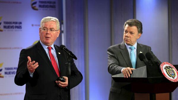 Eamon Gilmore, enviado especial de la UE para el proceso de paz en Colombia y Juan Manuel Santos, presidente de Colombia - Sputnik Mundo