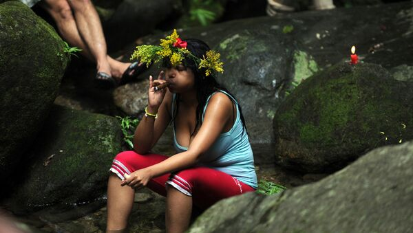 Una joven fuma un puro - Sputnik Mundo