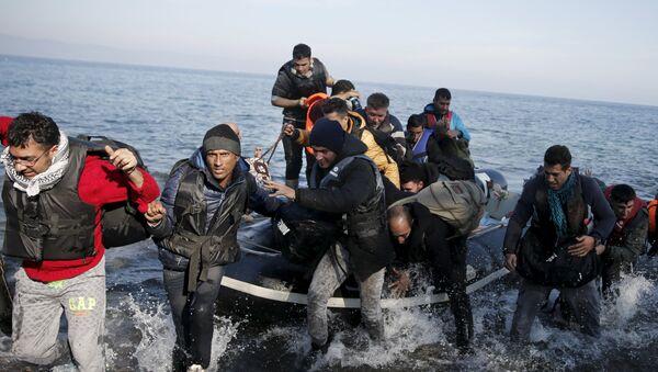 Refugiados sirios llegan a la costa de isla Lesbos en una balsa - Sputnik Mundo