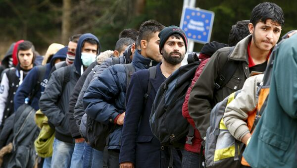 Los refugiados atraviesan la frontera entre Austria y Alemania - Sputnik Mundo