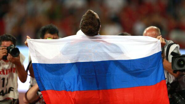 Deportista ruso con la bandera de Rusia - Sputnik Mundo
