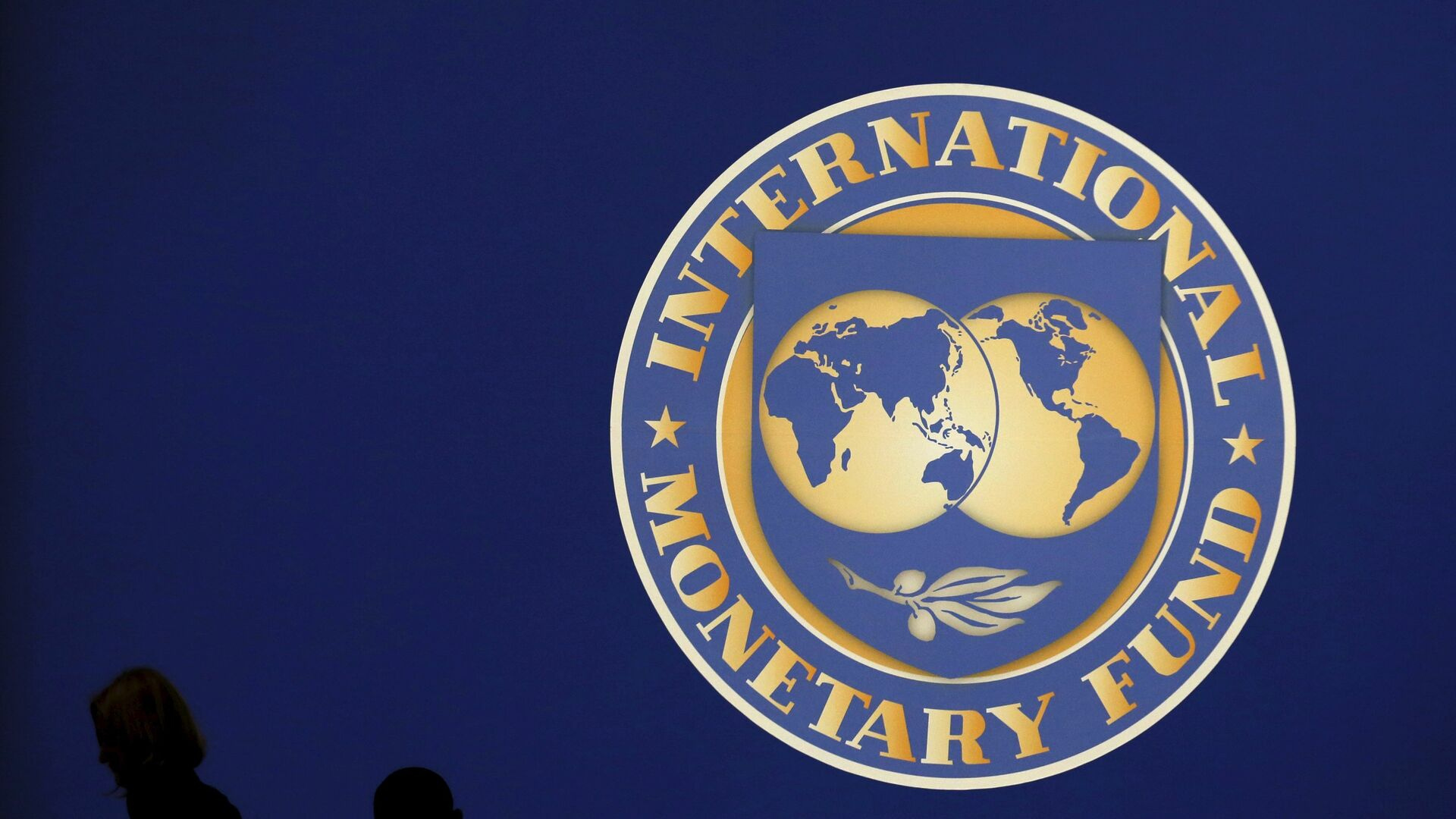 Visitors are silhouetted against the logo of the International Monetary Fund at the main venue for the IMF and World Bank annual meeting in Tokyo in this October 10, 2012 - Sputnik Mundo, 1920, 08.02.2021