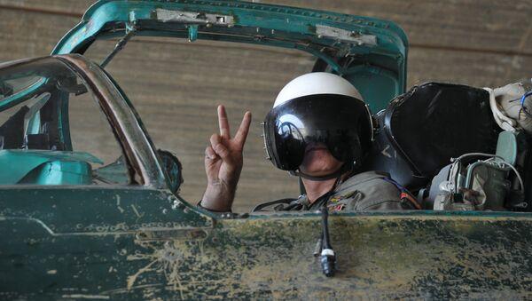 Piloto de la Fuerza Aérea siria en la base de Hama - Sputnik Mundo