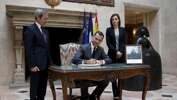 El rey de España, Felipe VI, firma en el libro de condolencias en la Embajada de Francia en Madrid - Sputnik Mundo