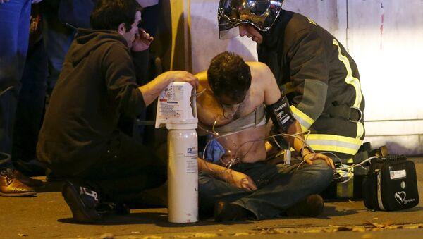 Un herido en el lugar del atentado cerca de la sala de conciertos Bataclan - Sputnik Mundo