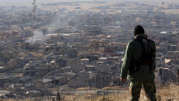 A member of the Kurdish Peshmerga forces stands in the town of Sinjar, Iraq - Sputnik Mundo