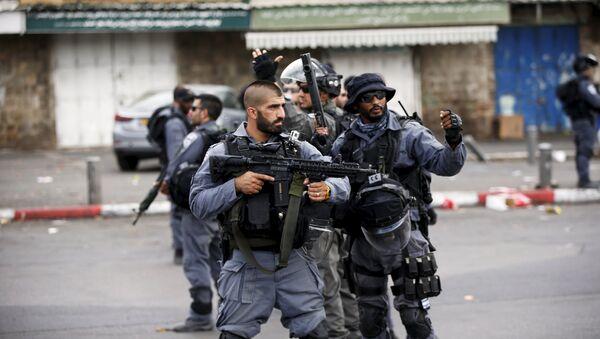 Israeli policemen secure the area where a Palestinian stabbed two Israeli Jews before he was shot dead outside Jerusalem's Old City - Sputnik Mundo