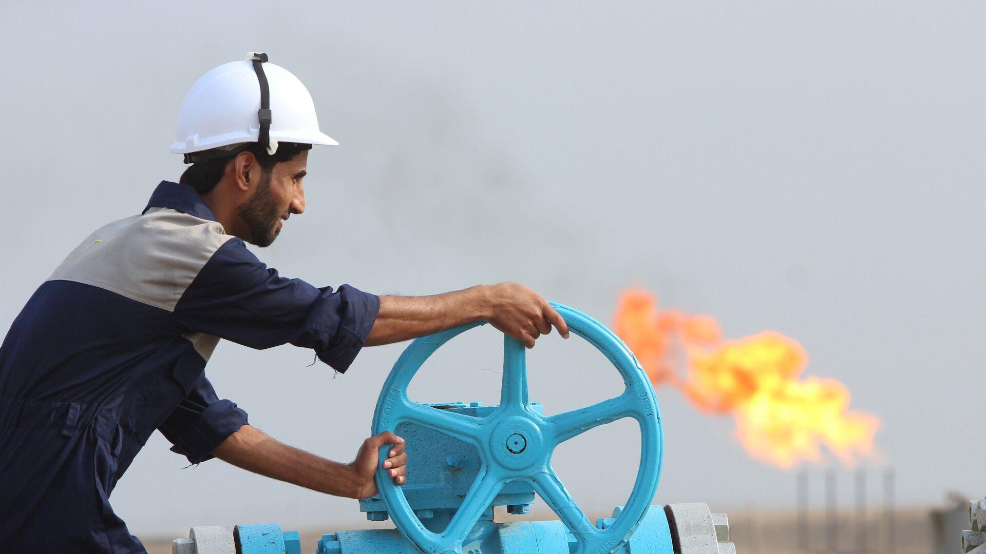 Empleado comprueba una tubería de petróleo en Irak - Sputnik Mundo, 1920, 03.03.2021