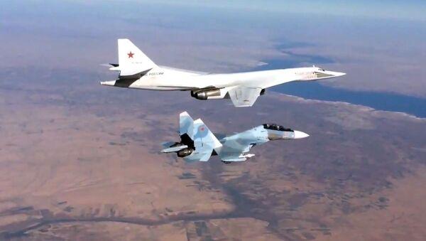 Caza Su-30 y bombardeo Tu-160 en Siria - Sputnik Mundo