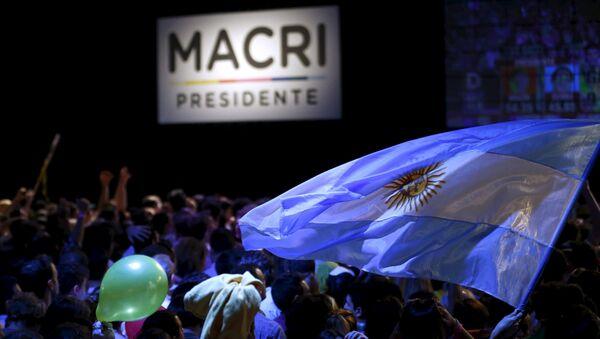 Los seguidores de Mauricio Macri con la bandera de Argentina - Sputnik Mundo