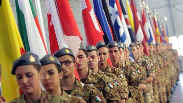 Soldados italianos con las banderas de los países miembros de la OTAN - Sputnik Mundo