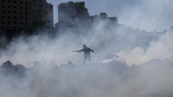 Enfrentamientos entre los manifestantes palestinos y tropas israelíes en Cisjordania - Sputnik Mundo
