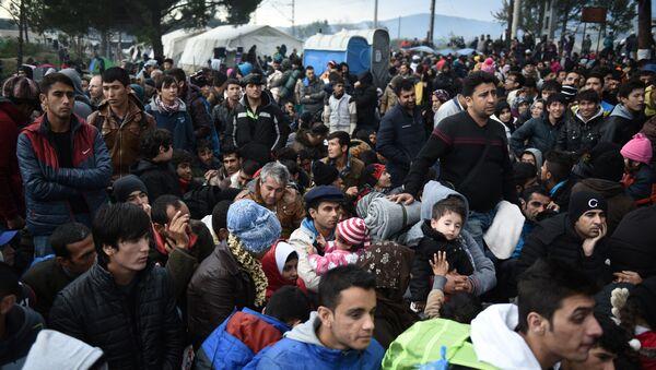 Refugiados esperan para poder cruzar la frontera entre Macedonia y Grecia - Sputnik Mundo