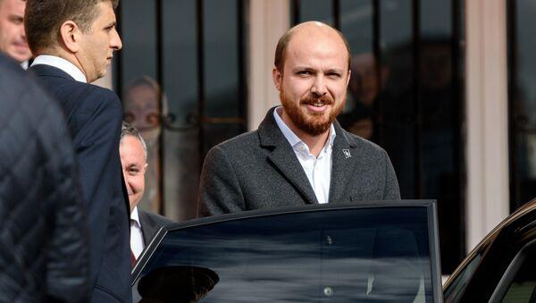 Turkish President's son Bilal Erdogan leaves a polling station in Istanbul on November 1, 2015 - Sputnik Mundo