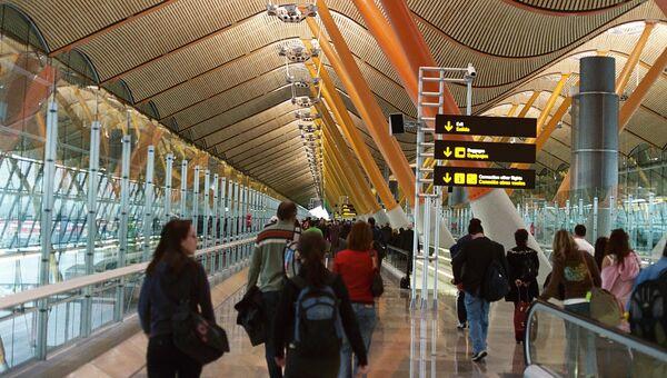 Los pasajeros en el Aeropuerto Barajas de Madrid - Sputnik Mundo