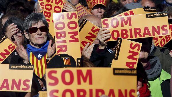 Partidarios de la independecia de Cataluña paticipan en una manifestación en Barcelona, España - Sputnik Mundo