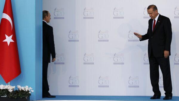 Presidente de Rusia, Vladímir Putin (izda.) y presidente de Turquía, Recep Tayyip Erdogan durante la cumbre del G20 en Antalya - Sputnik Mundo