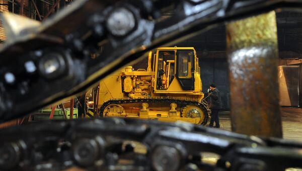Ensambe de maquinaria pesada en una fábrica de la corporación UVZ - Sputnik Mundo