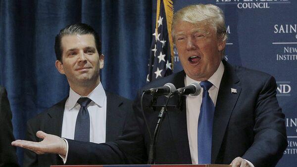 Principal candidato a las primarias del Partido Republicano Donald Trump con su hijo Eric Trump - Sputnik Mundo