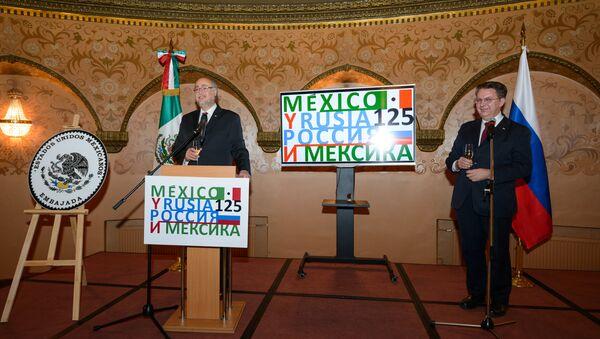 El embajador de México en la Federación de Rusia, Rubén Beltrán, y el director del Departamento para América Latina del Ministerio de Exteriores ruso, Alexander Schetinin - Sputnik Mundo