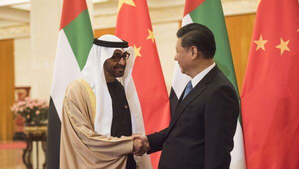 El Príncipe heredero de Abu Dabi, Mohamed bin Zayed Al Nahyan, y el presidente de China, Xi Jinping - Sputnik Mundo