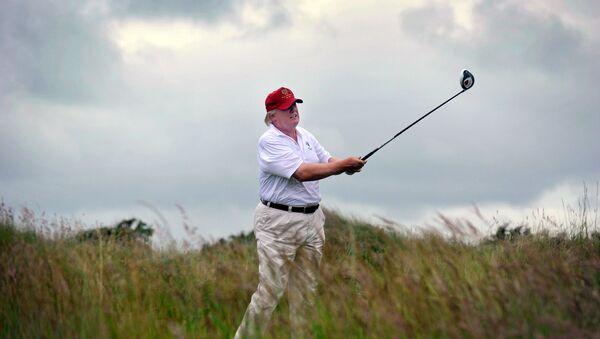 Donald Trump, presidente de EEUU jugando golf - Sputnik Mundo