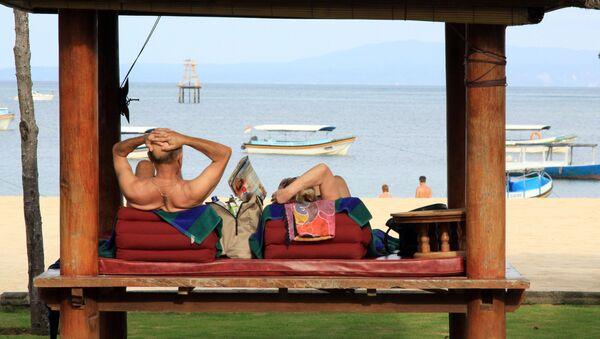 Turistas en la playa Nusa Dua, Indonesia - Sputnik Mundo