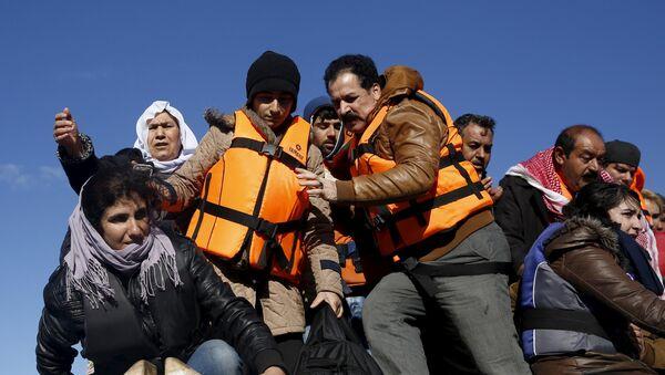 Un barco con migrantes cerca de la isla griega de Lesbos (archivo) - Sputnik Mundo