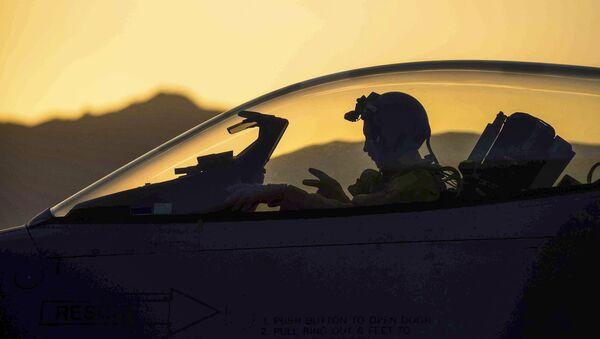 Piloto de la coalición internacional contra Daesh (archivo) - Sputnik Mundo