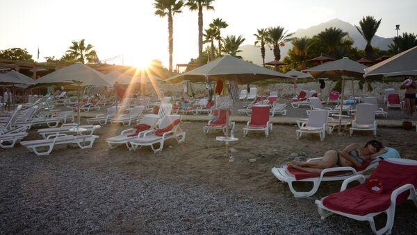 Turistas en la playa de uno de los hoteles de Antalya, Turquía - Sputnik Mundo