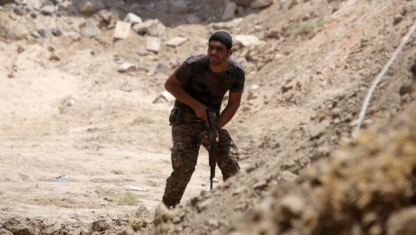 Miembro de las Fuerzas de la Movilización Popular en Irak - Sputnik Mundo